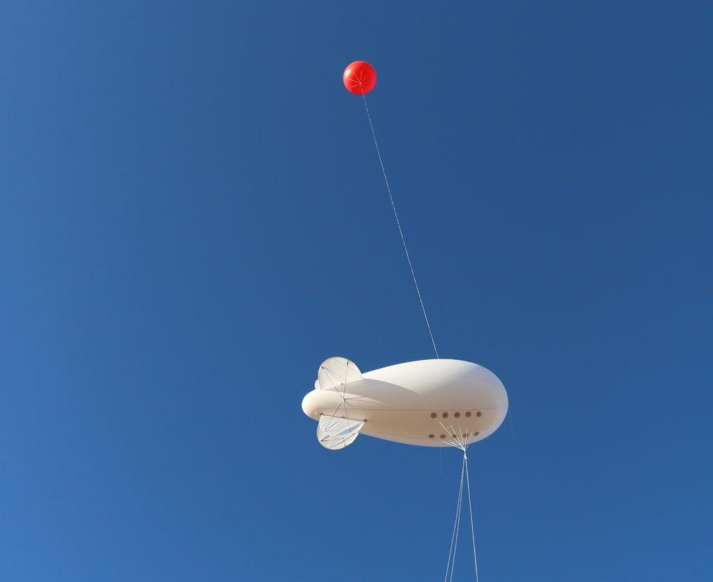 simulation d'eoliennes avec un dirigeable et une sphere rouge