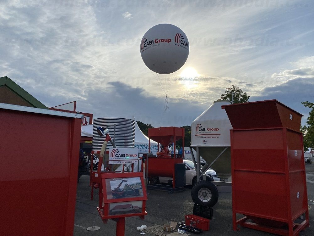installation d'un ballon hélium géant sur un stand extérieur au SPACE 2021 à Rennes