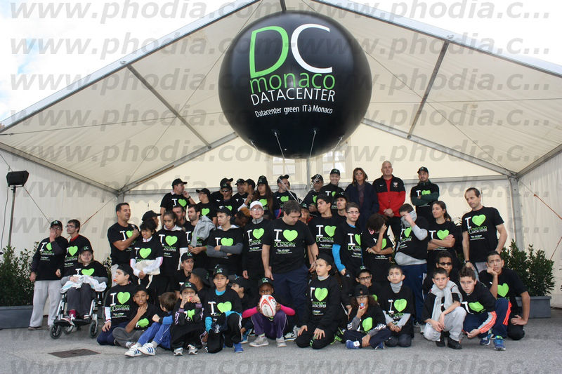 Photo de groupe du DC monaco data center avec ballon