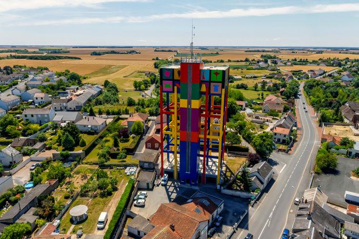 Façade du château d'eau d'Issoudun prise en photographie aérienne par ballon captif