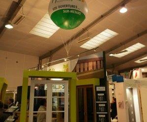 Stand MARQUIS, menuiserie pour le salon ARTIBAT ballon géant hélium blanc et vert
