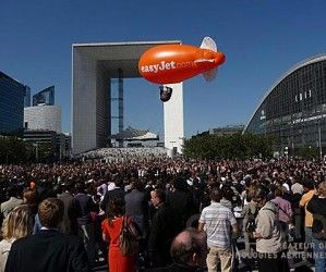Dirigeable hélium orange aux couleurs de la compagnie d'avion Easy-Jet