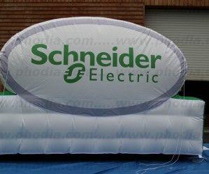 Un panneau publicitaire gonflable – Campagne Schneider Electric