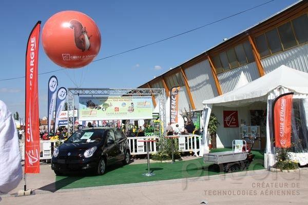Ballon publicitaire extérieur, stand de la Caisse d'Épargne
