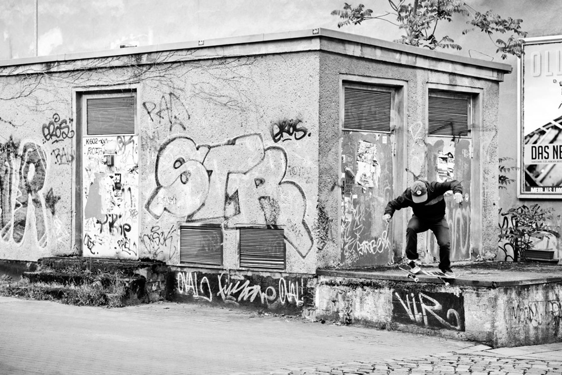 Harry_Lintell_switch_crooked_grind_Berlin_GREY_copyright_Henry_Kingsford