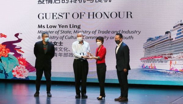 Sheng Shiong Group CEO Lim Hock Chee with Minister Low Yen Ling.