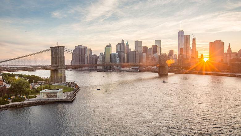 A view of the Manhattan skyline from Brooklyn Bridge Park.