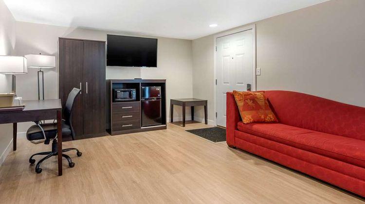 Econo Lodge Inn & Suites Suite