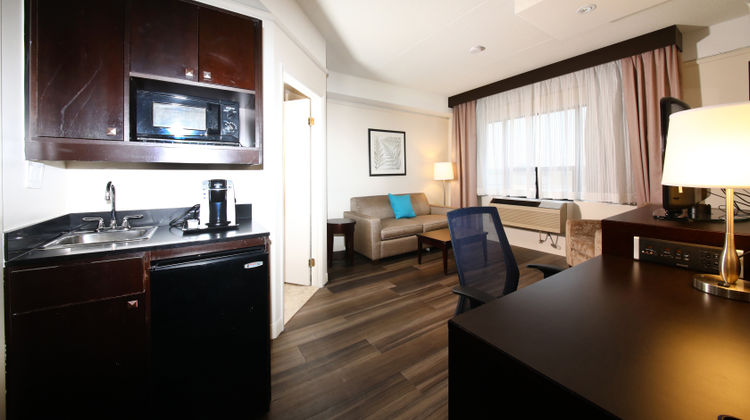 Holiday Inn and Suites Windsor Suite