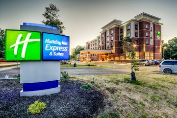 Holiday Inn Express & Suites Cleveland W