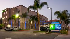 Holiday Inn Express Suites Bakersfield