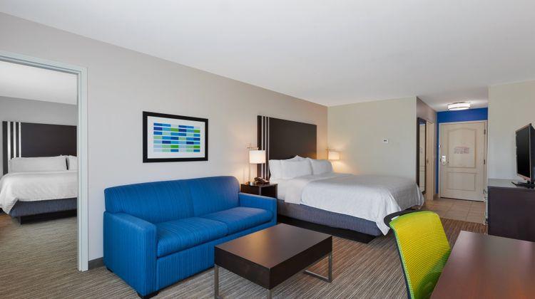 Holiday Inn Express & Suites Effingham Suite