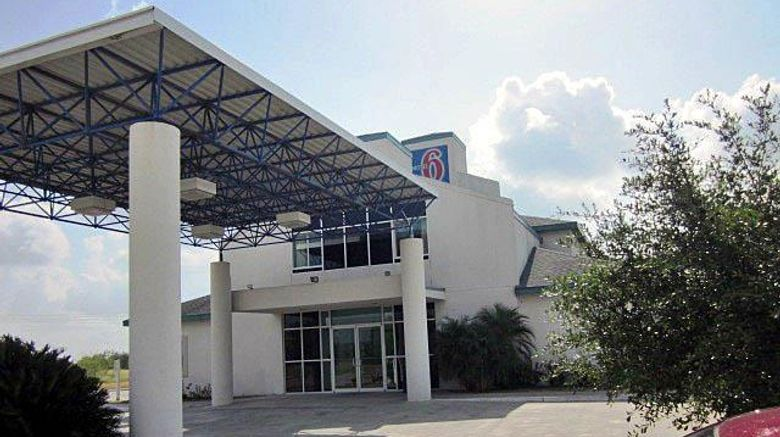 """Motel 6 Sinton Exterior. Images powered by <a href=""""http://web.iceportal.com"""" target=""""_blank"""" rel=""""noopener"""">Ice Portal</a>."""