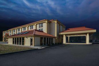 Baymont Inn & Suites Canton