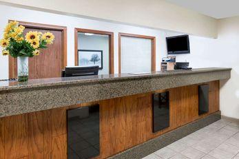 Days Inn & Suites Des Moines Airport