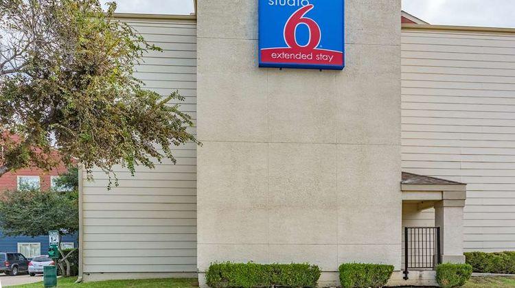 Studio 6 Dallas Exterior