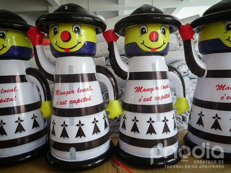 mascotte gonflée en forme de phare pour la promotion de la  bretagne