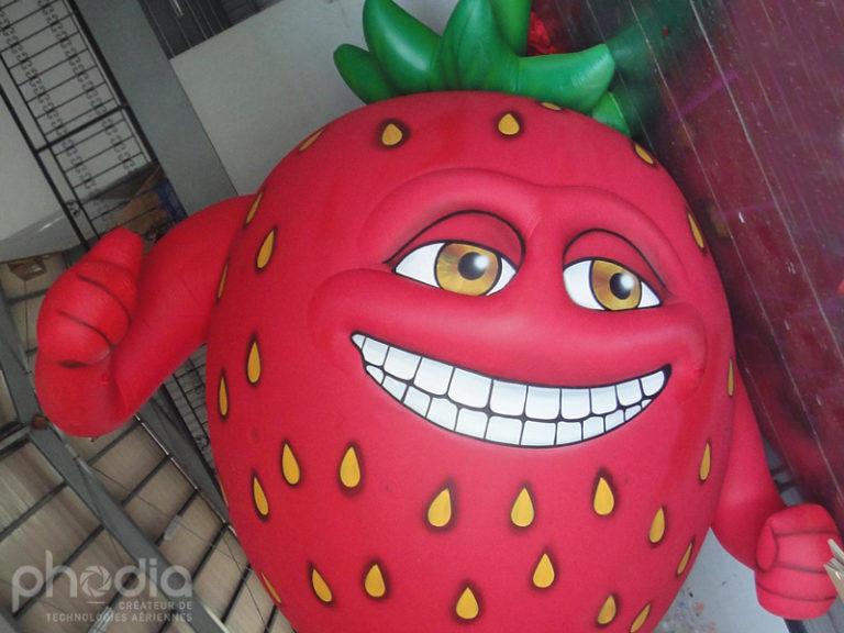 mascotte de fraise géante en gonflable oasis avec une tête