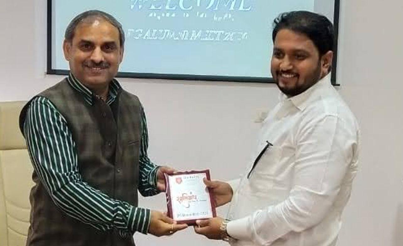 Dr. Kalpesh Mande honored by Dr. Mahesh Kumar Harit (Dean - D.Y. Patil)