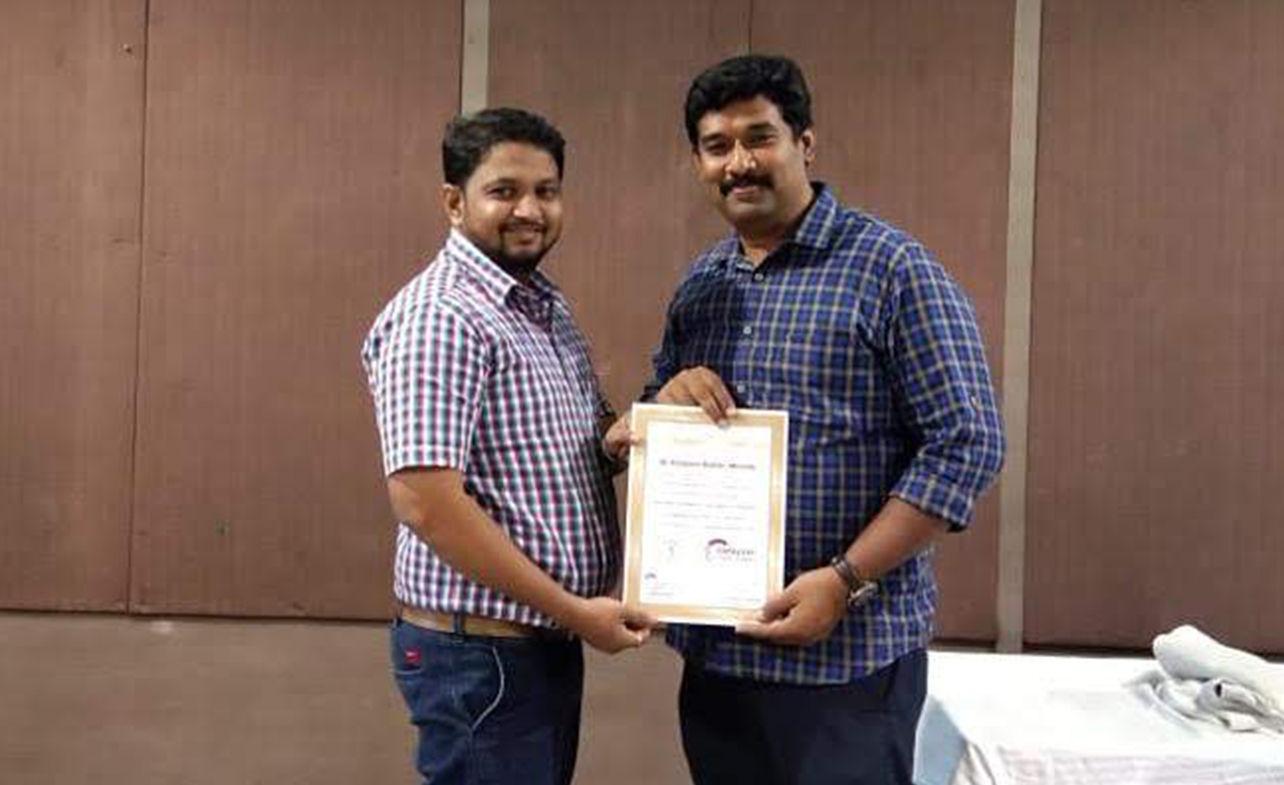 Dr. Kalpesh Mande Honoured by Dr. Narkeesh Arumugam