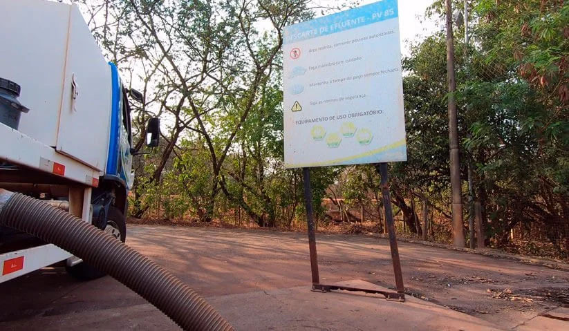 Caminhão da Ativa Locação fazendo o descarte de efluentes dos banheiros químicos com a licença ambiental