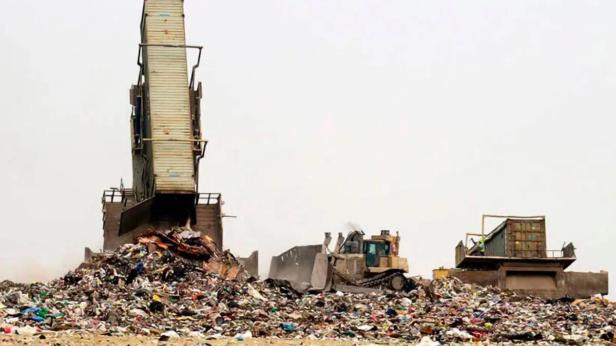 container-maritimo-despeja-lixo-em-lixao-na-georgia-eua