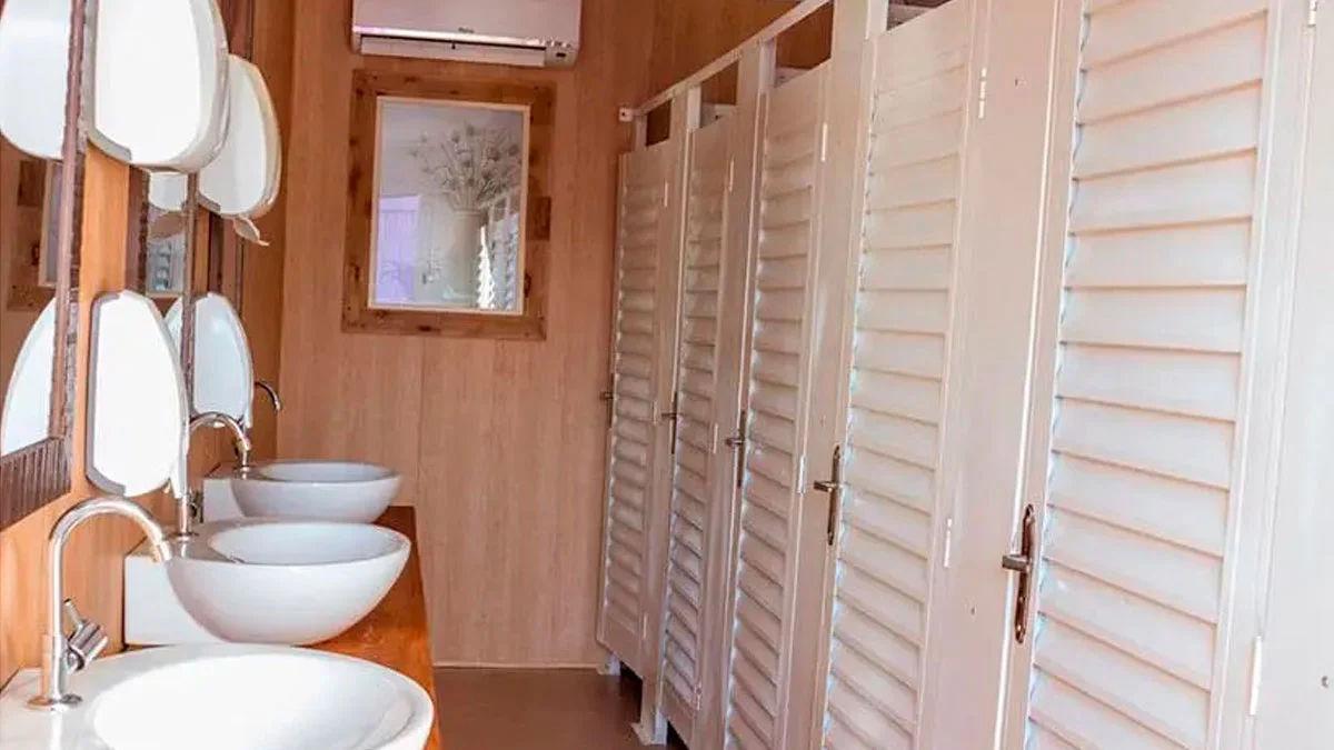 imagem-de-container-habitavel-sendo-utilizado-como-banheiro-vip-em-eventos