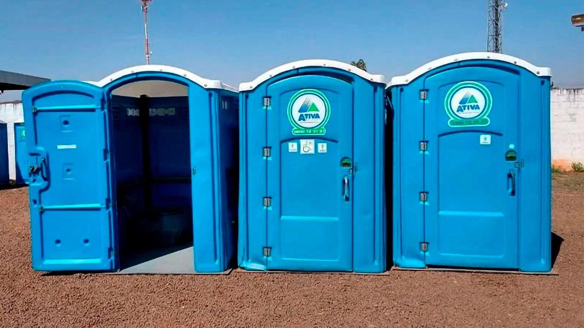 três toaletes portáteis PcD Ativa lado a lado