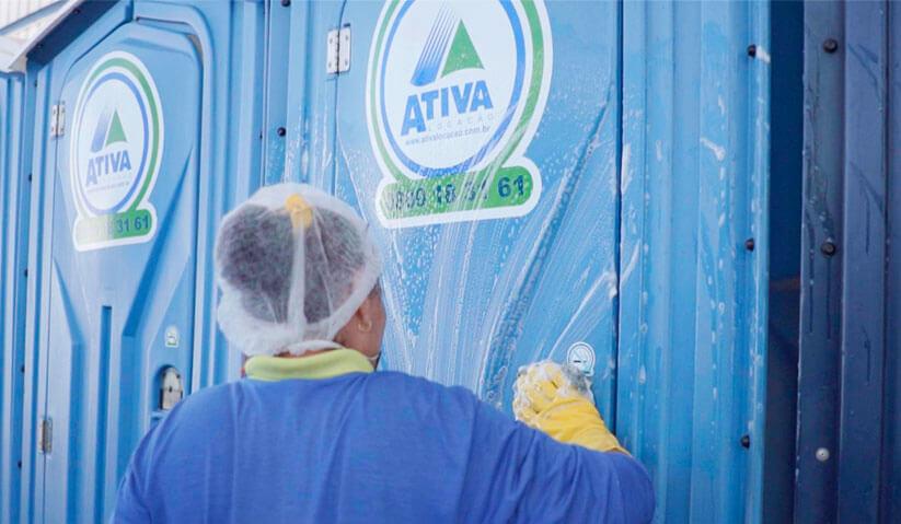 A limpeza é fundamental para que os banheiros químicos funcionem adequadamente.