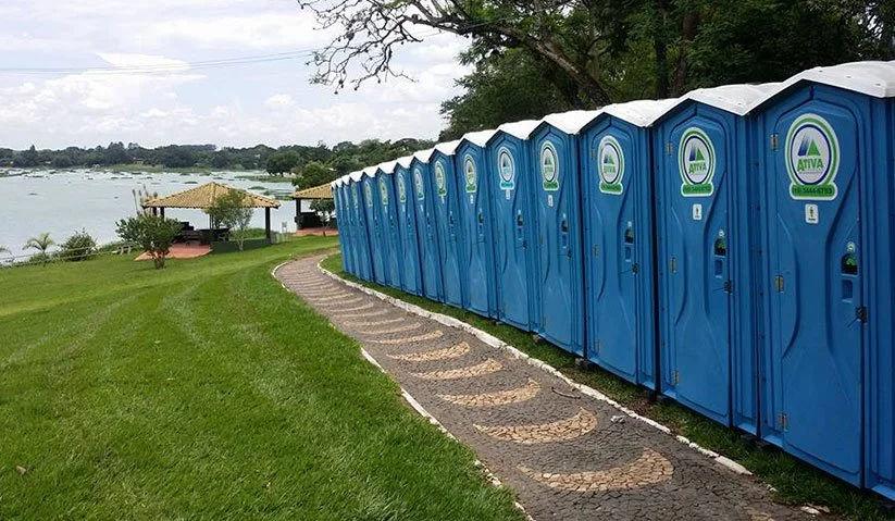 Os banheiros químicos são enfileirados para que o seu funcionamento durante grandes eventos não gere filas