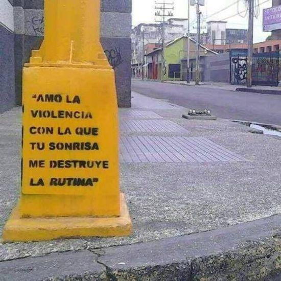 Frases de Acción Poética en Español (Latinoamericana) - Amo la violencia con la que tu sonrisa me destruye la rutina.
