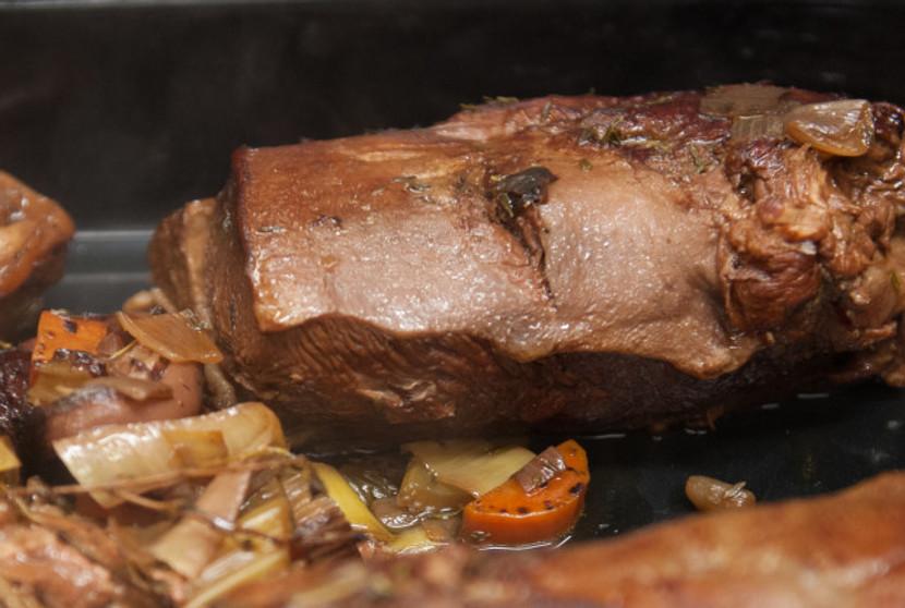 Den Braten zugeben und mit Kalbsfond zur Hälfte aufgiessen. Kräuter zugeben. Zugedeckt in den auf 150 Grad vorgeheizten Backofen schieben. Etwa 2-3 Stunden weich schmoren.
