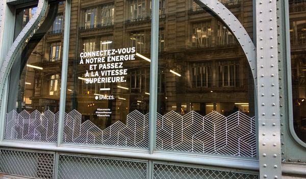 Adhesif decoupe blanc mat pose vitrine facade immeuble