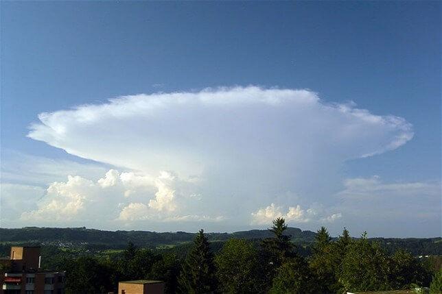 Egy magasba nyúló zivatarfelhő, a cumulonimbus képe. A zivatarfelhőkben rendkívül heves fel és lefelé tartó áramlások uralkodnak Forrás: wikimedia.org