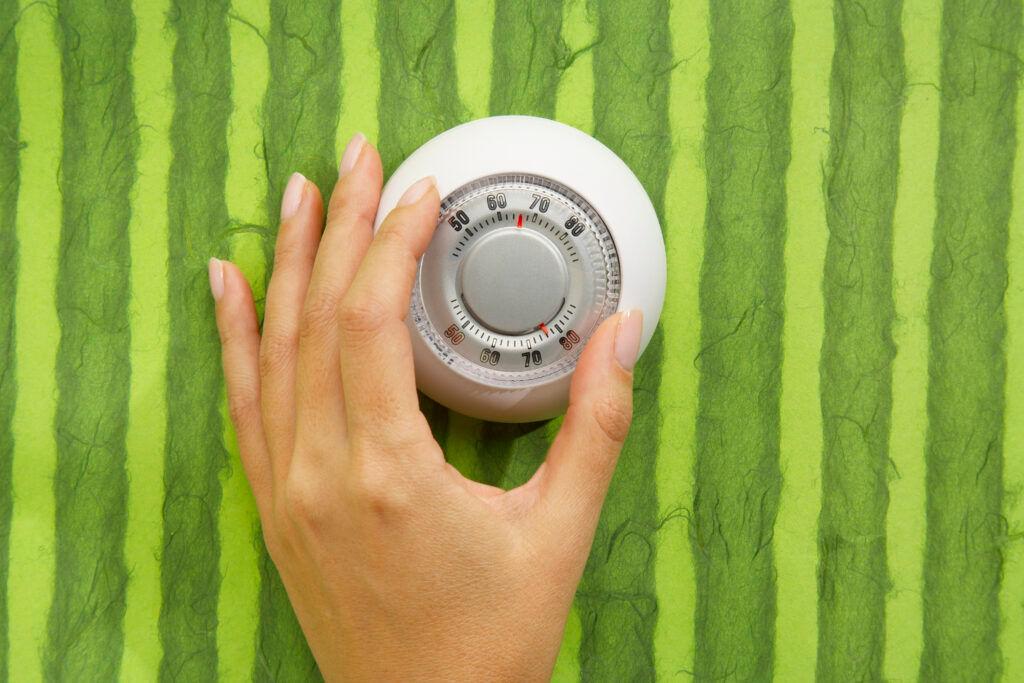 Hand Adjusting Thermostat | ENERGIAHATÉKONYSÁGI VILÁGNAP: Ne a bolygót fűtsük, hanem az otthonunkat!