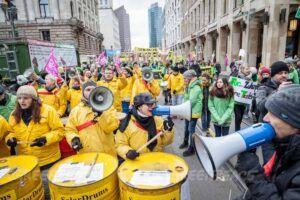 Zehntausende Menschen sind heute in Berlin - Negyvenöt éves a Greenpeace