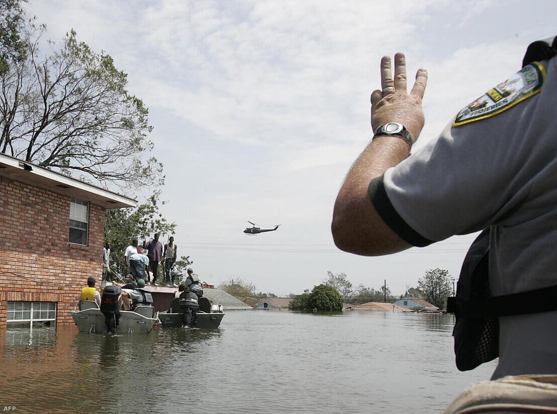 Mentőalakulatok dolgoznak az elárasztott New Orleans-ban a Katrina után   Fotó: James Nielsen / AFP