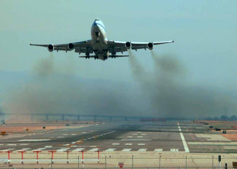 Egy képen a napi forgalom a világ repülőterein