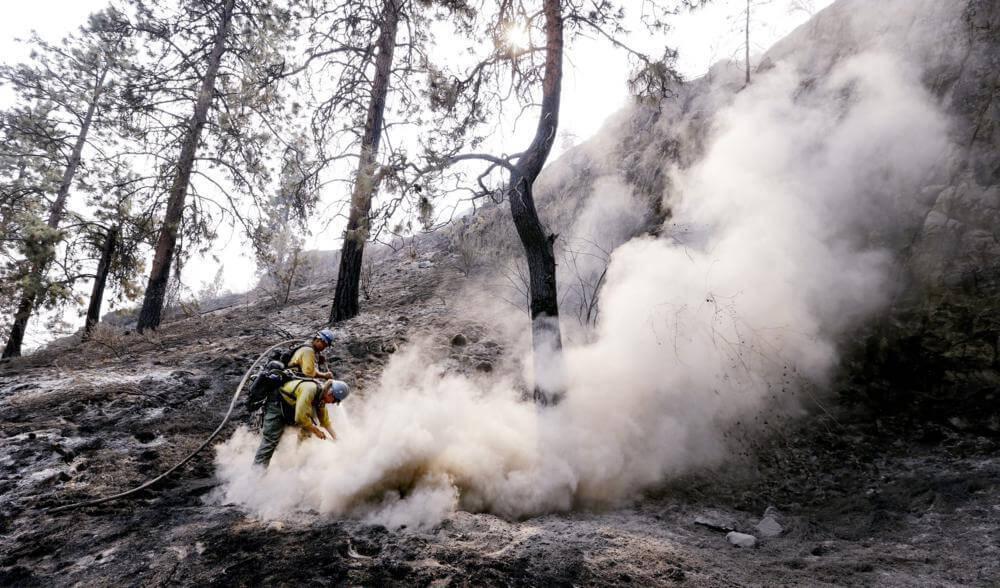 Chelan, 2015. augusztus 24. Tûzoltók dolgoznak a Washington állambeli Chelanben 2015. augusztus 23-án, miután erdőtűz pusztított a környéken. (MTI/AP/Elaine Thompson) Fotó: MTI