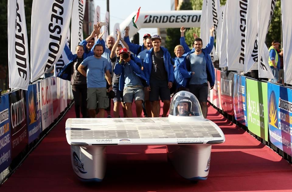 A magyar Megalux autó áthalad a verseny célvonalán - Magyar napelemes autó vágott át a sivatagon - ClimeNews