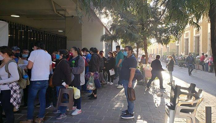 Para vacunación, familias acamparon desde las 10 de la noche