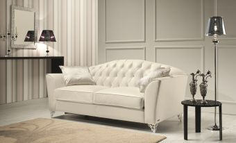 Divina Love Seat in Leather