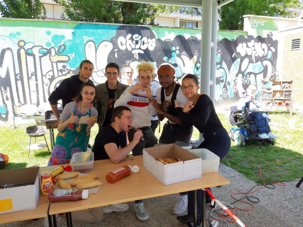 Des membres de ReName, Pen Soul et Les Plumes lors du barbecue de mai 2019. Nous rejoindre te permettra potentiellement d'avoir droit à des hot-dogs !