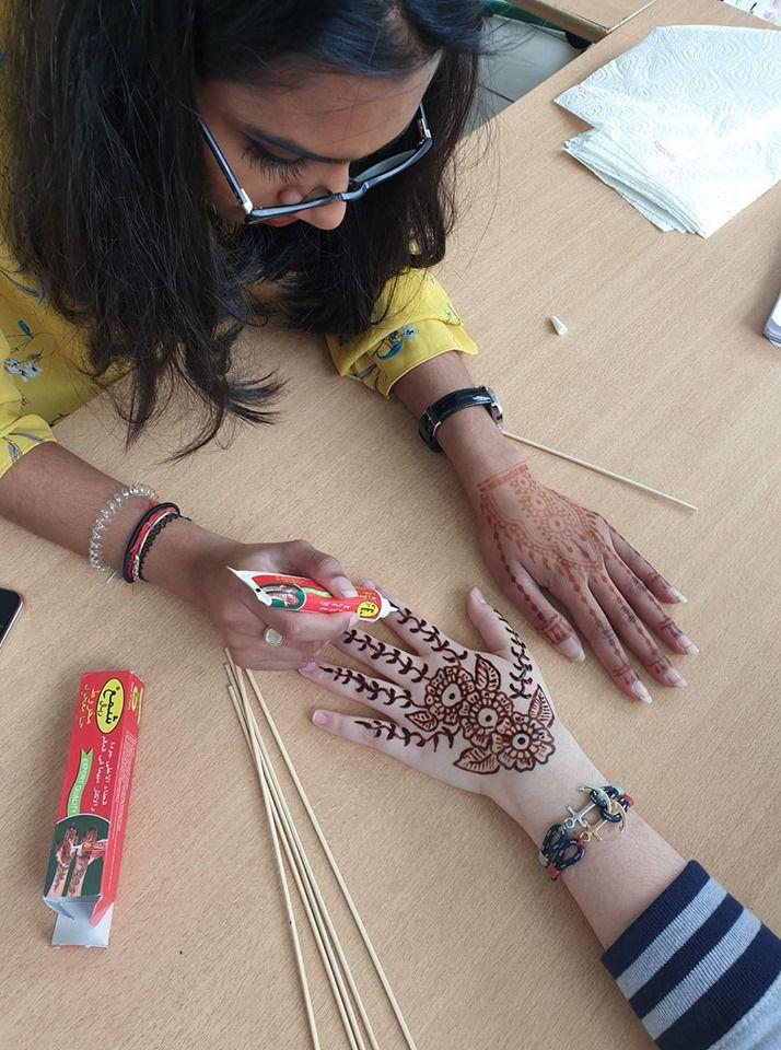 Sajani qui fait un henné
