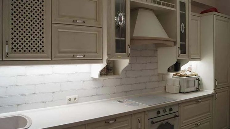 pryamaya kuhnya iz massiva 9 17 v klassicheskom stile foto 1 748x421 - Кухня №9-017 фото и цены