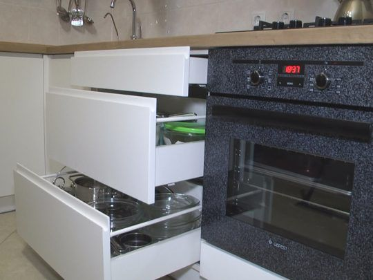 Belaya kuhnya s integrirovannymi ruchkami 03 019 foto 2 540x405 - Кухня №03-019 фото и цены