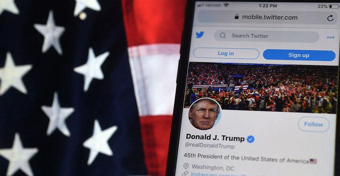 ඩොනල්ඩ් ට්රම්ප් කොරෝනා වෛරසයෙන් මිය යායුතුයැයි ප්රකාශ කරමින් Tweet පල කෙරූ අයගේ ගිණුම් Twitter විසින් අත්හිටුවයි