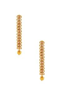 Gold studded maangtikka with a bead