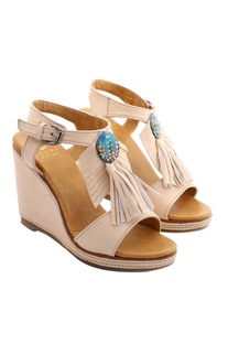 Off-white wedges with fringes
