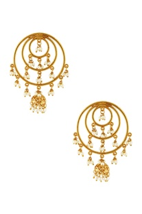 Gold round earrings with pearls